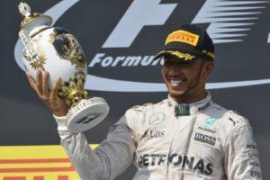 Mogyoród, 2016. július 24. A gyõztes Lewis Hamilton, a Mercedes csapat brit versenyzõje a Forma-1-es Magyar Nagydíj eredményhirdetésén a mogyoródi Hungaroringen 2016. július 24-én. MTI Fotó: Czeglédi Zsolt