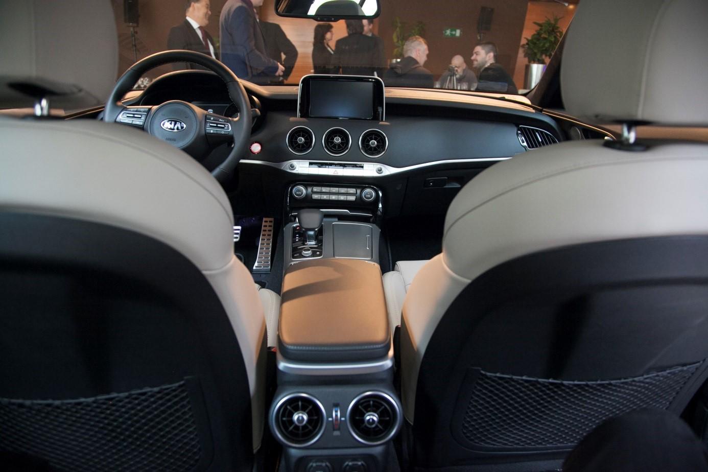 autó az asztalok közé