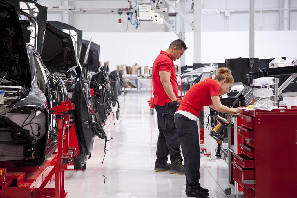 A kirúgott Tesla dolgozó azt mondja: Nem vagyok szabotőr, csak köptem!