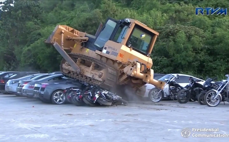 Buldózer alatt a Lamborghini