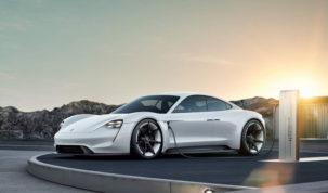 Tesla mellé Porsche Taycan