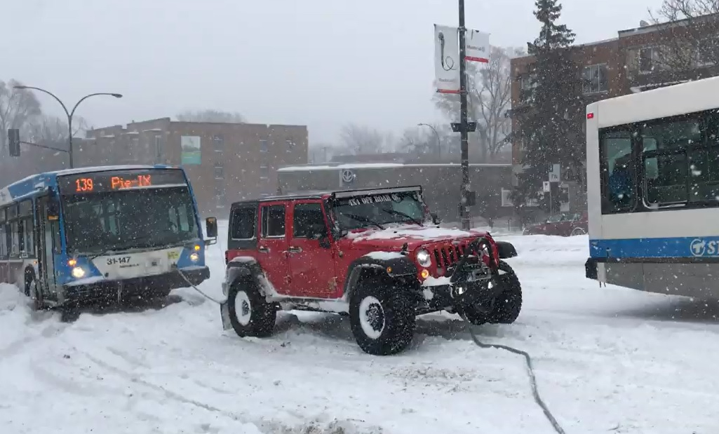 Sok SUV autóbuszt győz - a hó, az elakadt busz és a csapatmunka