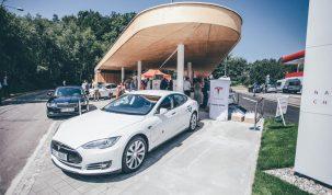 Tesla akkumulátorok a VW amerikai töltőpontjain